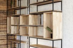 Teraskonstruktsioonis-riiul-tamm-raamaturiiul-metall-ja-puit-1